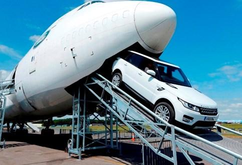 HOJE HÁ 3 ANOS: Range Rover Sport no interior de um 747