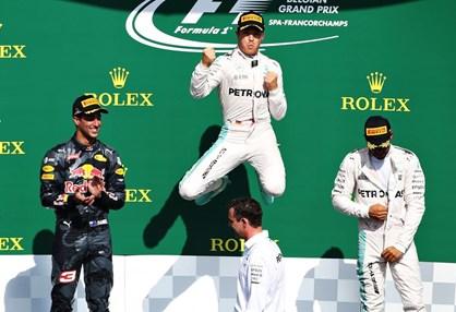 Rosberg aproxima-se de Hamilton em prova atribulada