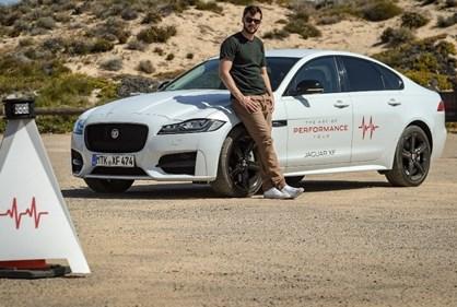Nicholas Hoult troca Mad Max por Jaguar XF AWD
