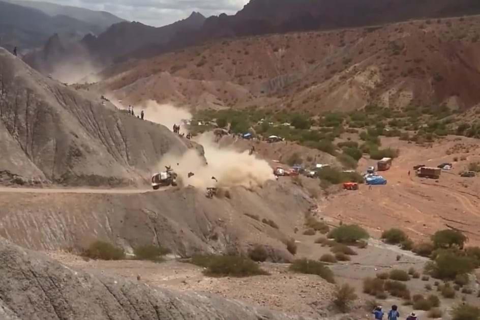 O aparatoso acidente que atirou Sainz para fora do Dakar