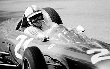HOJE HÁ 83 ANOS: Nasceu John Surtees, o único campeão de motos e F1