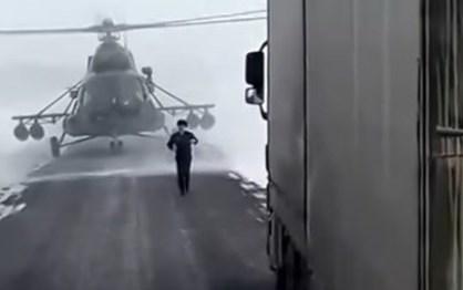 Helicóptero militar aterra para… pedir indicações!