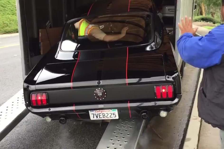 Ford Mustang de 1965 destruído ao ser carregado em atrelado