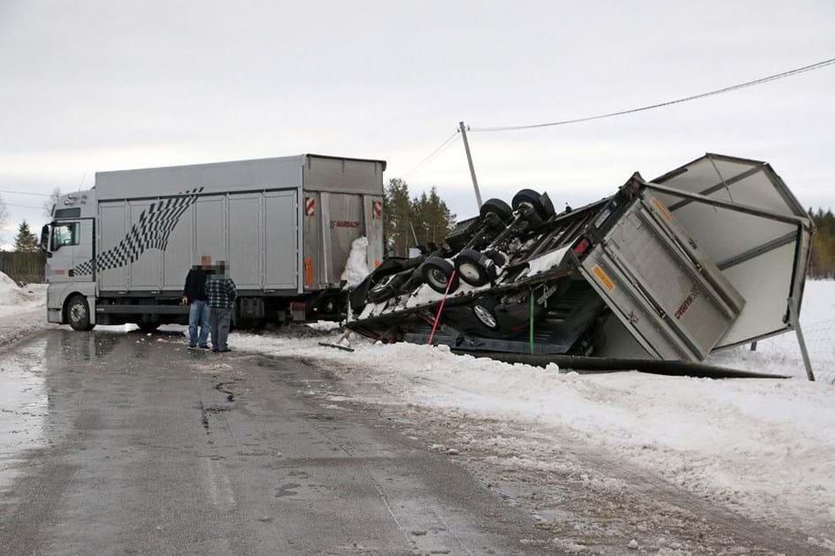 Camião virou-se na Suécia e deixou à mostra… protótipo do futuro 911