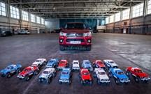 Quantos carrinhos telecomandados são precisos para puxar uma pick up Toyota?