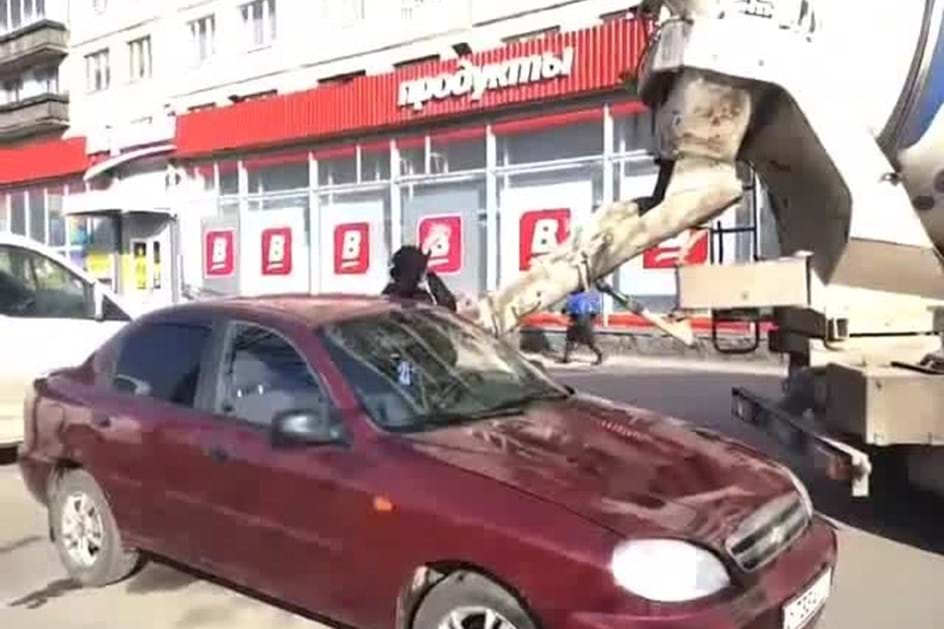 Homem enche carro da mulher de cimento