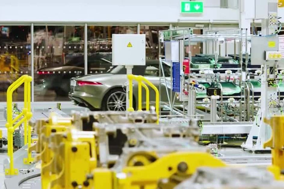 Jaguar F-Type de quatro cilindros já ruge