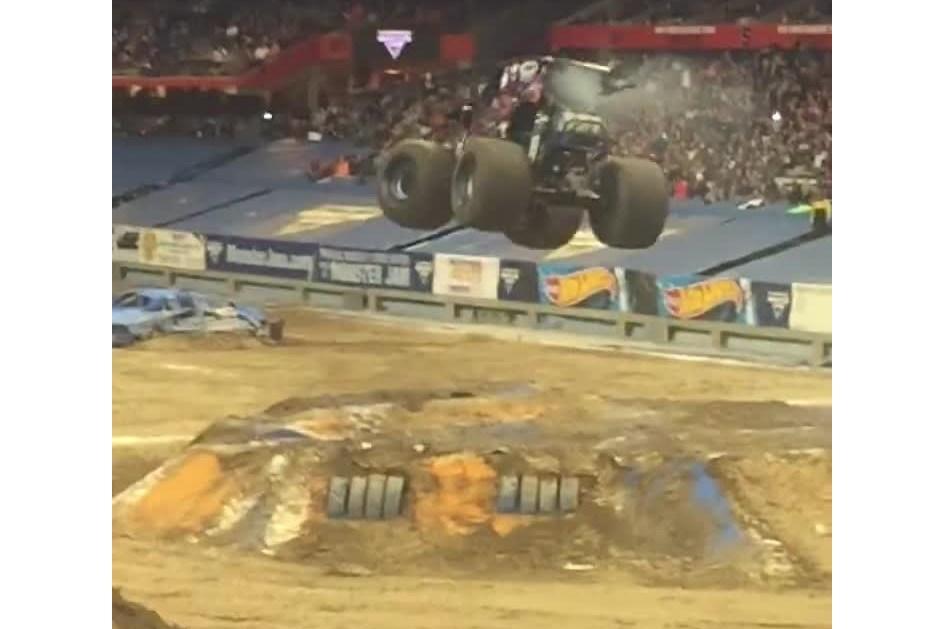 Monster Truck faz o pino como um verdadeiro ginastas