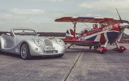 Este Morgan Aero 8 defrontou um... avião!