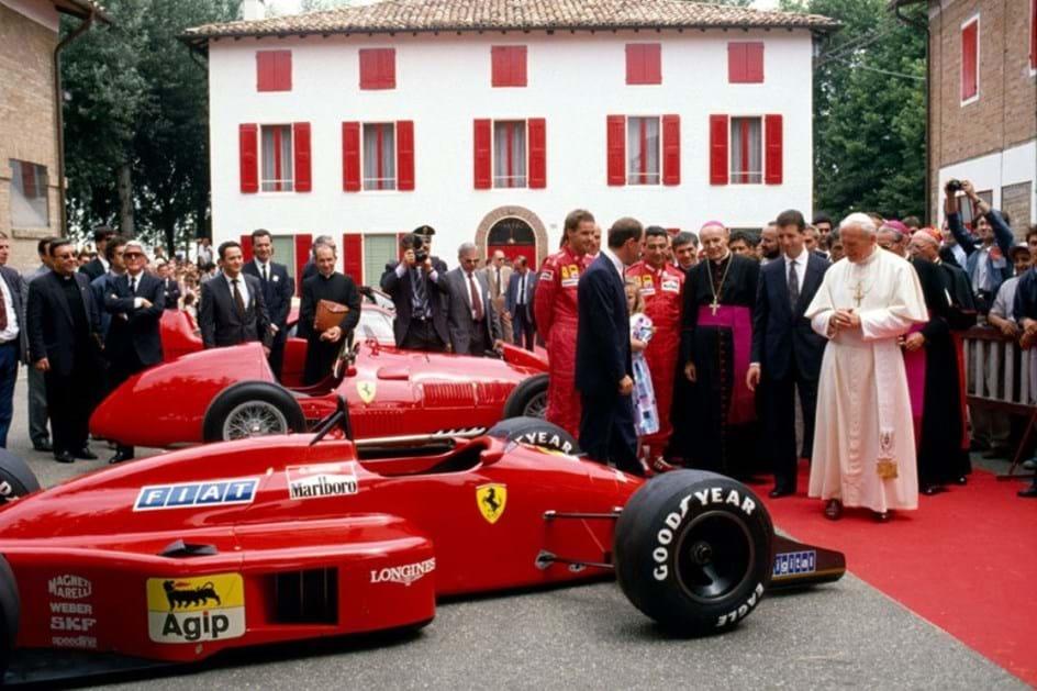 Papa João Paulo II visita a fábrica da Ferrari