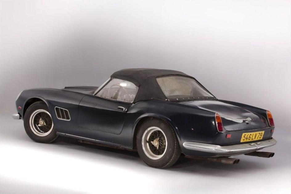 Ferrari 250 GT California que pertenceu ao actor francês Alain Delon foi vendido por 16 milhões de euros