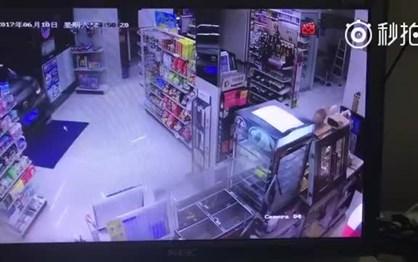 Condutor chinês entra em loja com carro