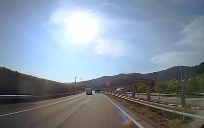 Carro voa para via contrária na auto-estrada
