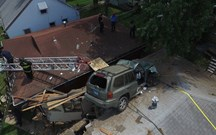SUV vai parar a telhado de casa nos EUA