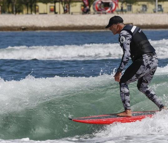 McNamara surfou onda de 4 km no Rio Tejo com prancha Mercedes