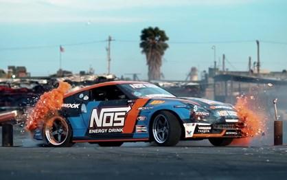 Nissan 370Z faz drift no meio de sucata
