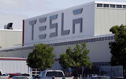 """Tesla acusada de racismo e discriminação """"gay"""""""